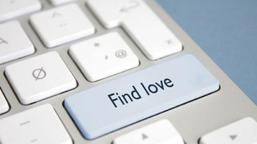 """Nätdejting illustrerat som en knapp på ett tangentbord som heter """"find love"""" dvs hitta kärleken. Foto: UrbaneWomenMag/(CC BY 2.0)/Flickr"""