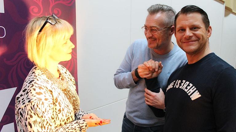 Josefine Sundström, Tony Irving och hand framtida äkta hälft Alex Skiöldsparr. Foto: Ronnie Ritterland / Sveriges Radio