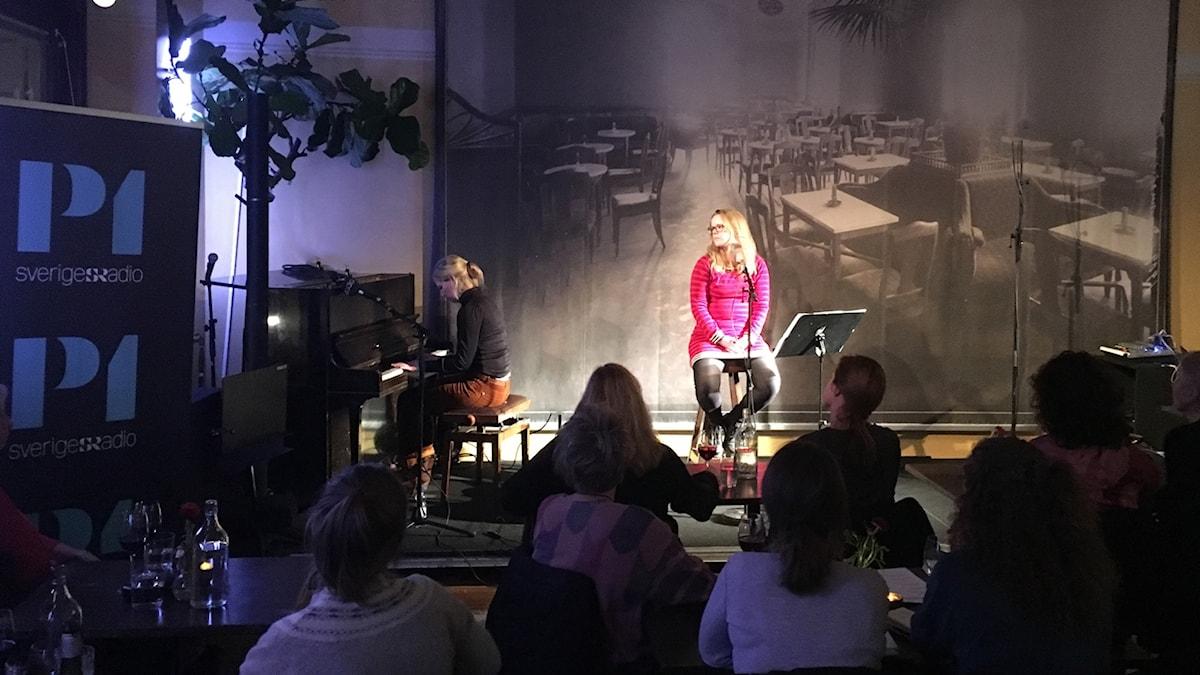 Åsa Plesner på scen med Emma Augustsson