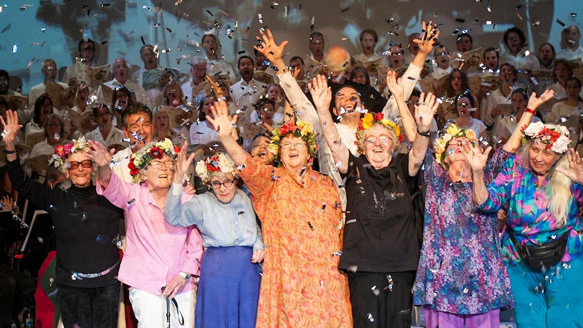 Britt Reuterwall Hörnstedt och de andra damerna tar emot applåder efter föreställningen Carmina Burana Foto Martin Bäcker