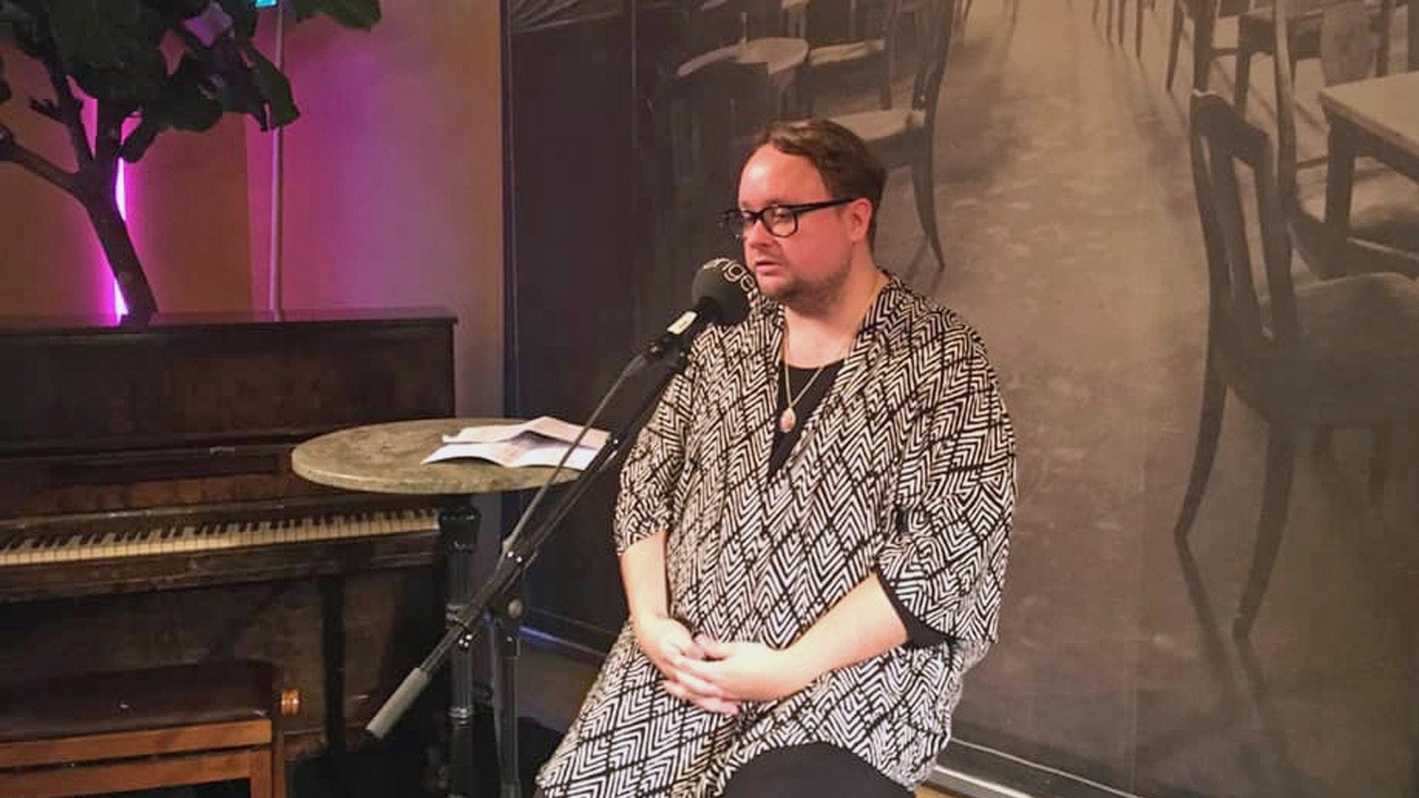Linus Fremin berättar på Dramatens barscen