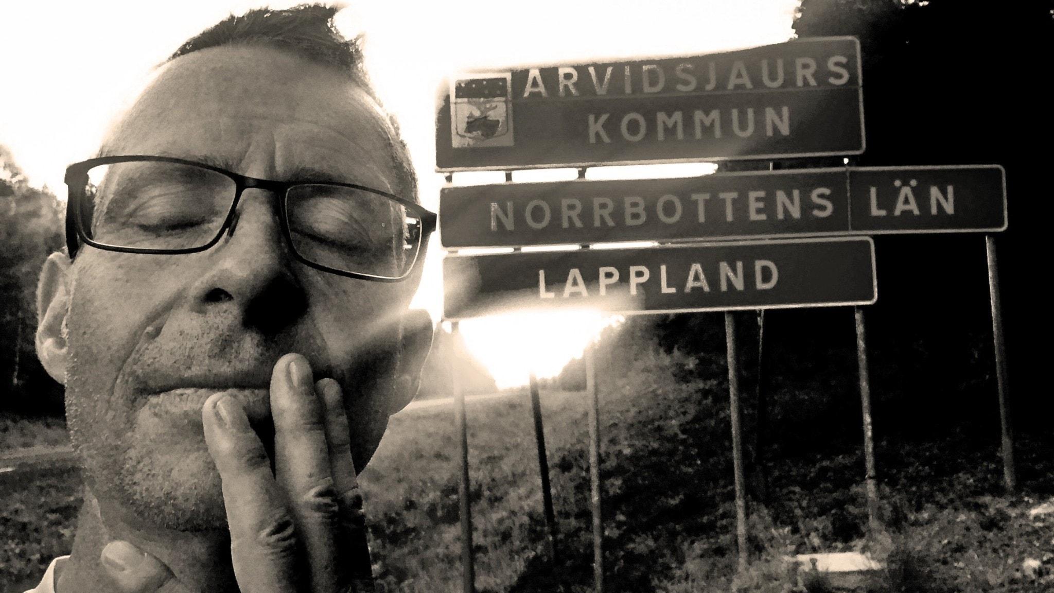 Sverigelöparen Jan Haak står med slutna ögon vid vägkanten i Norrland