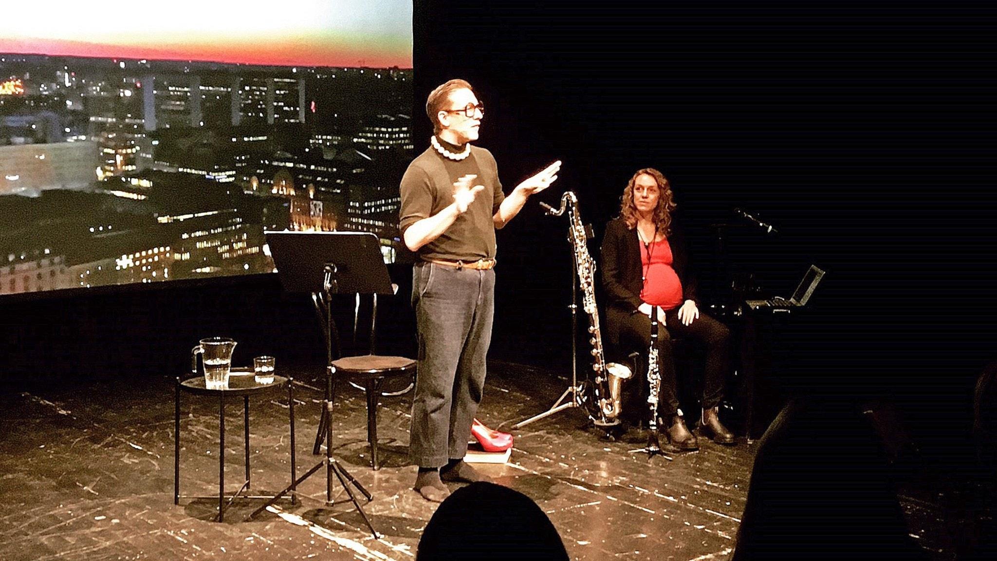 Erik Engelv och Lisa Grotherus på scen i Svenska berättelser på scen på Dramaten Elverket i Stockholm