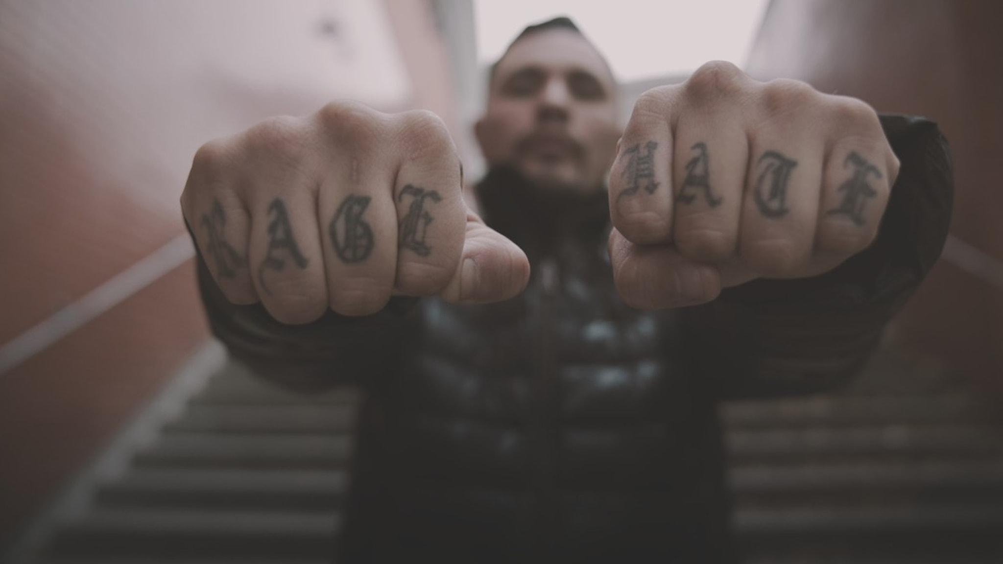 Rene lobos sträcker fram sina tatuerade händer mot fotografen