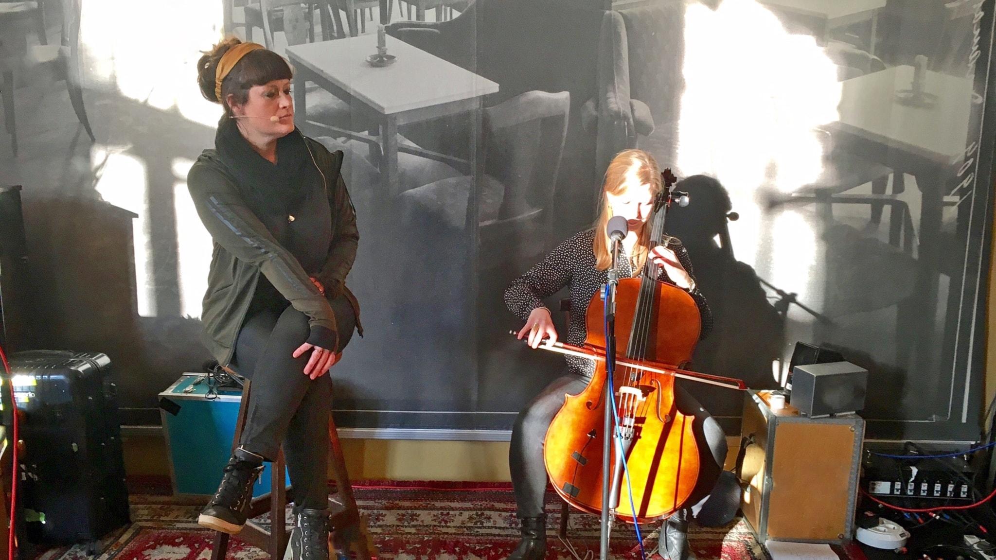 Christin Edmark och Amma Augutsson repeterar inför Svenska berättelser på scen på Dramaten