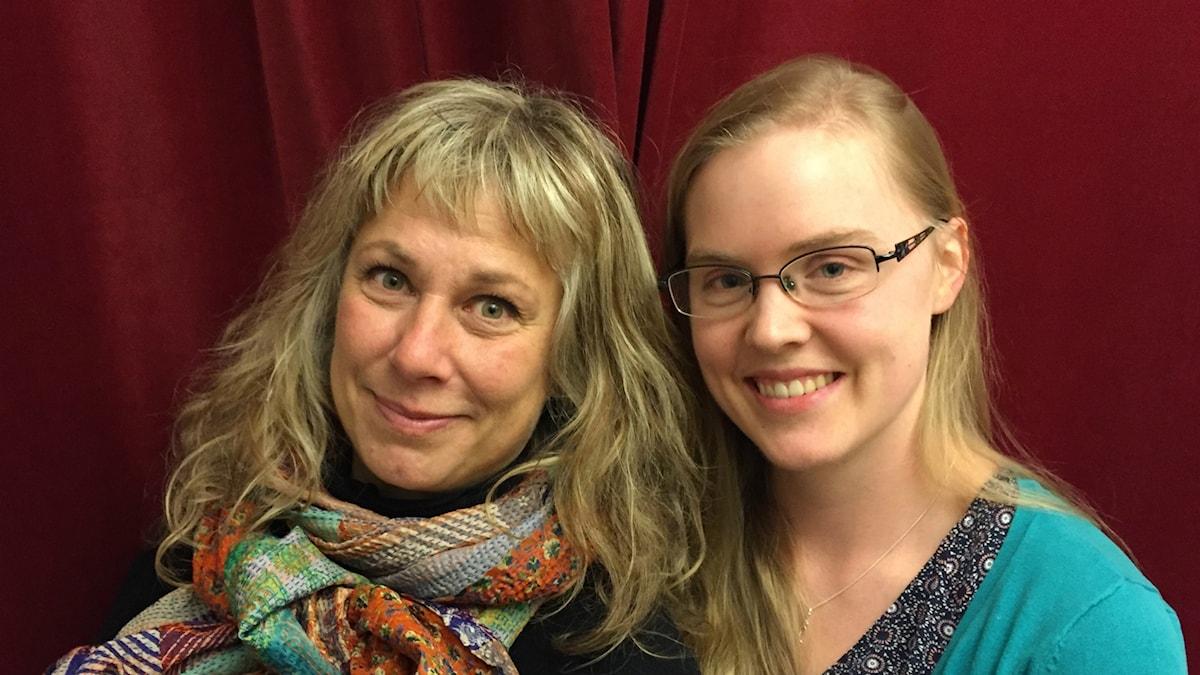 Stina Wollter med söndagens gäst Louise Bylund. Foto: Johanna Fellenius / SR.