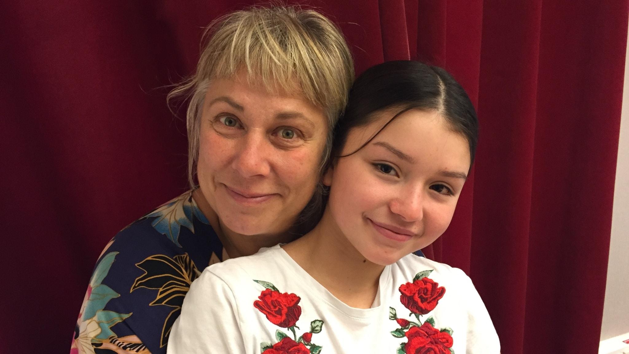 Stina Wollter med 12-åriga gästen Shirin. Foto: Johanna Fellenius / SR.