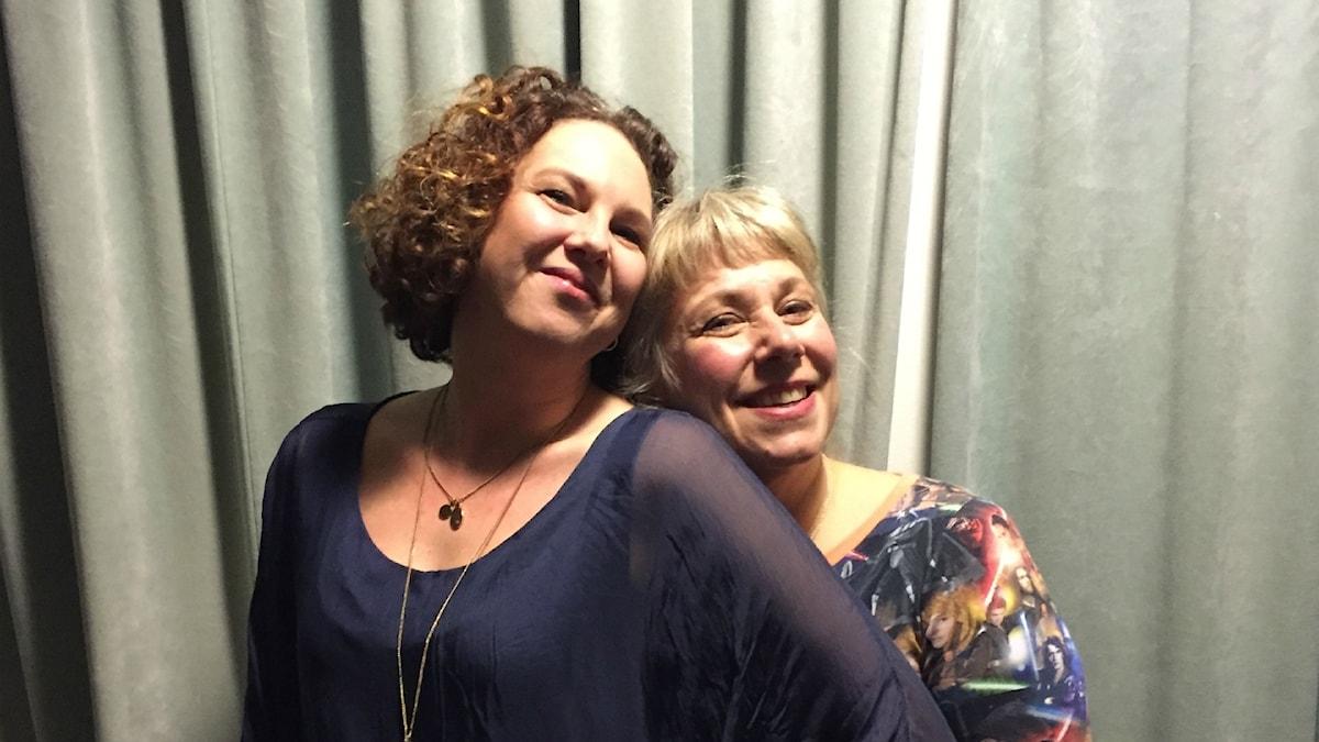 Kvällens gäst Linda Bertilsdotter med Stina. Foto: Johanna Fellenius/ SR.