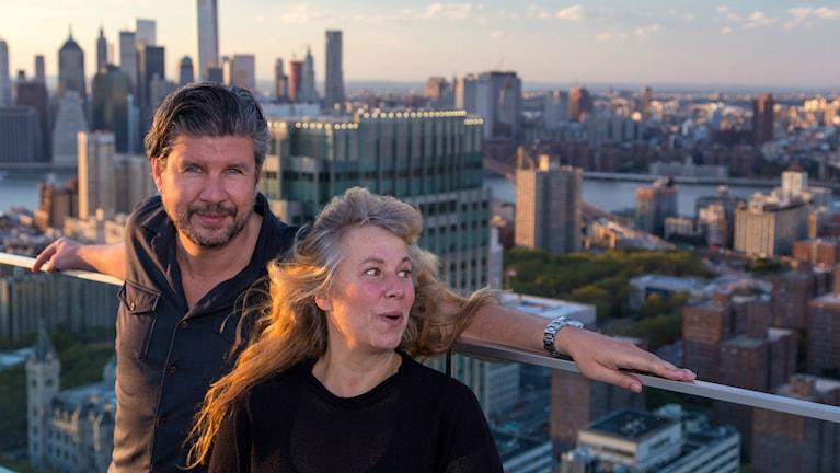 Per Norman och Stina Wollter på taket. Foto: Micke Olsson / SR.