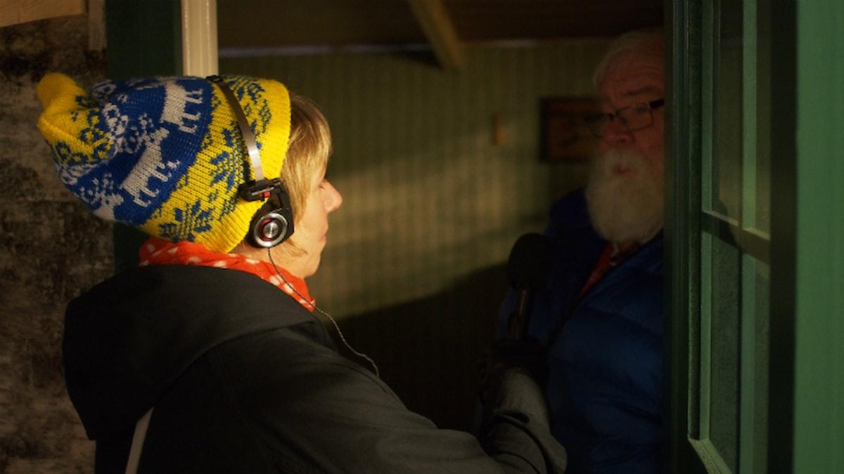 Stina och Åke i replikan av Svens stuga. Foto: Johanna Fellenius / SR