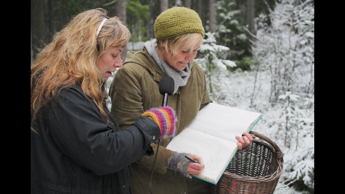 """Maria använder sin """"Facebook"""" för att minnas vad hon kände och såg när hon funnit en pinne. Foto: Johanna Fellenius /SR."""