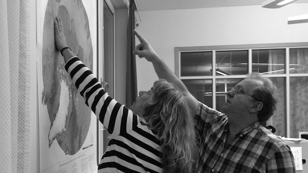 """""""Där har jag varit"""" säger David och pekar på kartan. Foto: Joanna Korbutiak / SR"""
