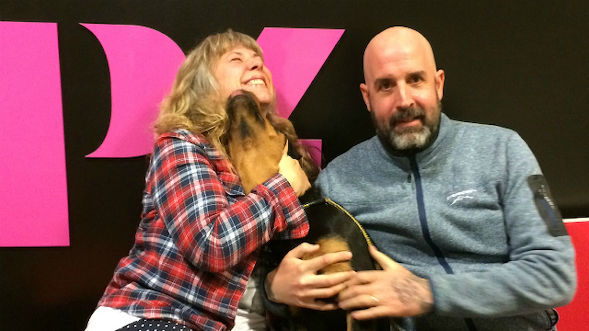 Stina och Magnus och hunden Dexter. Foto: Sandra Gunnarsson / SR.