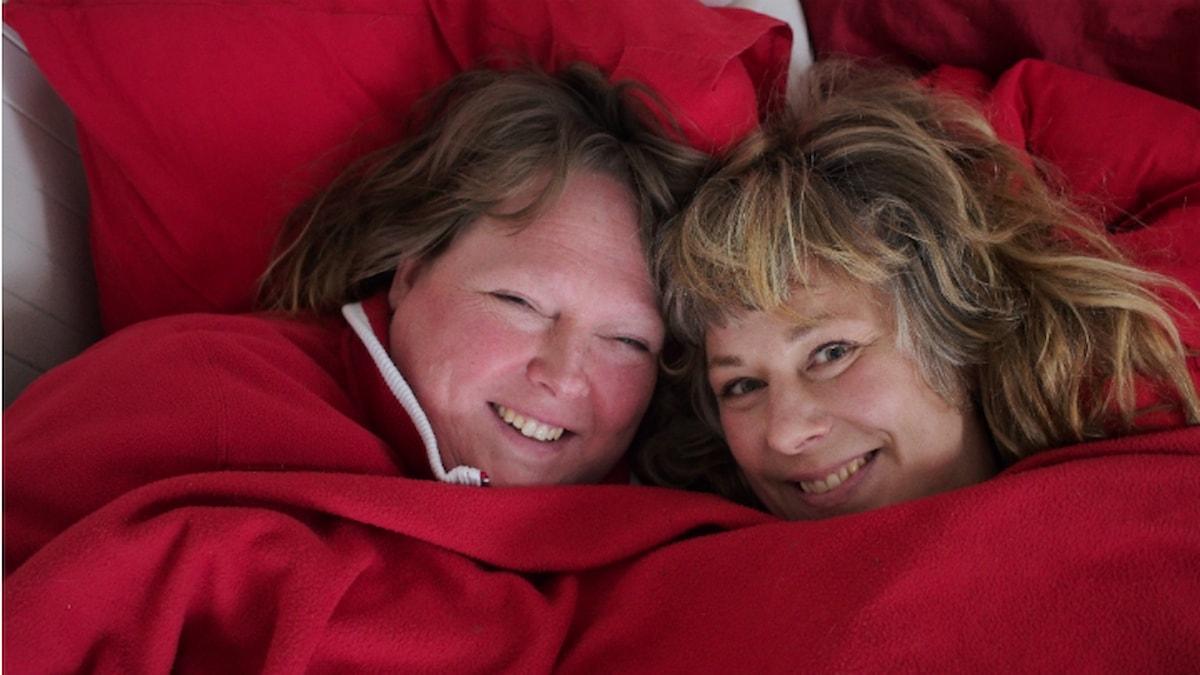 Cecilia med Stina i kökssoffan. Foto: Johanna Fellenius / SR.