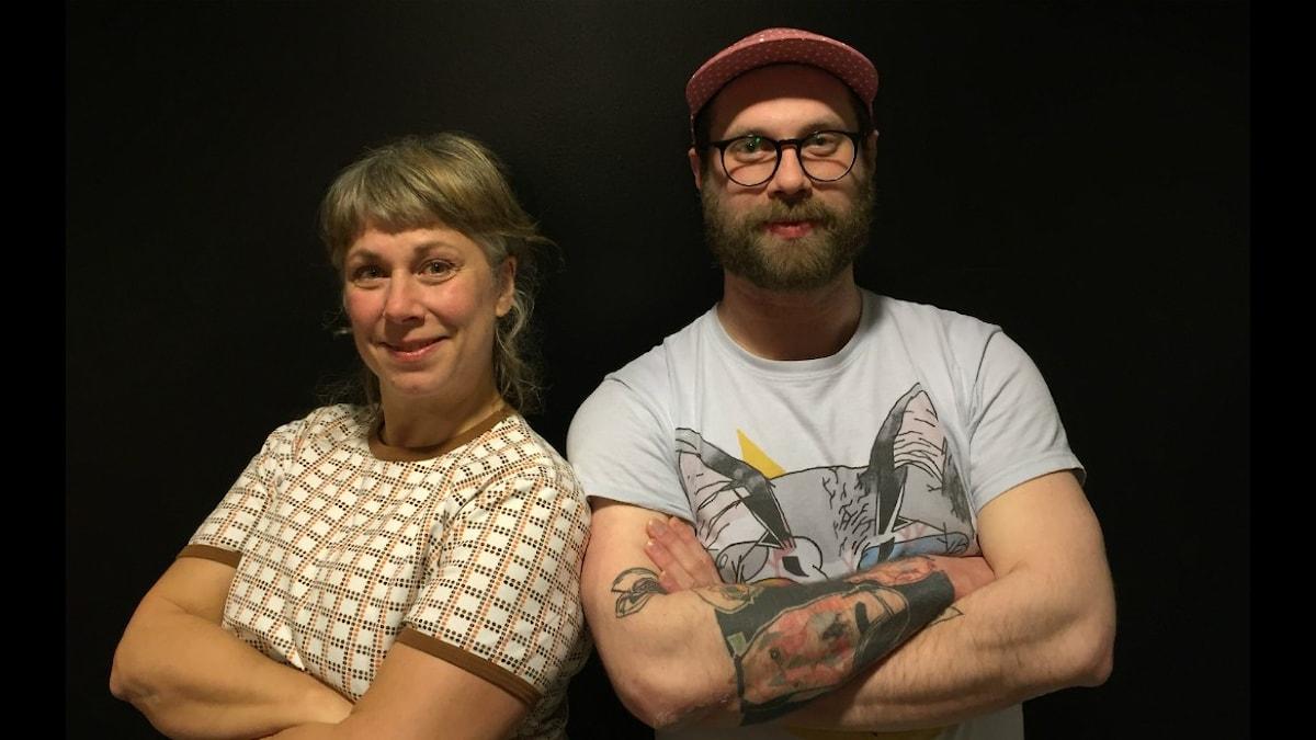 Stina och Arvid - han har tatuerat sig själv på högerarmen! Foto: Johanna Fellenius/ SR.