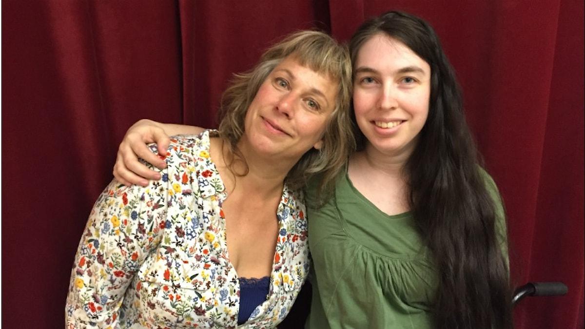 Stina och kvällens gäst Mia Welander. Foto: Johanna Fellenius / SR.