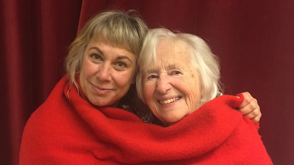 Stina Wollter och julgästen Märta Nordlinder. Foto: Johanna Fellenius / SR.
