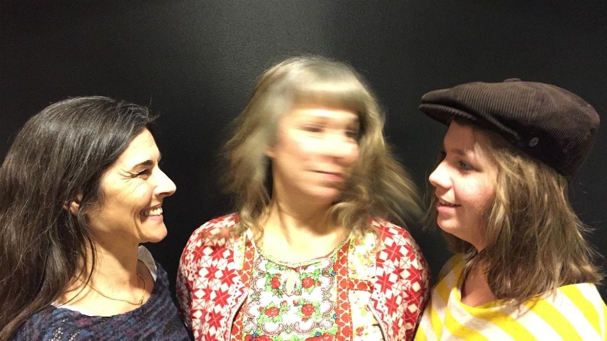 Mamma Camilla, Stina och kvällens huvudgäst Malin. Foto: Johanna Fellenius / SR.