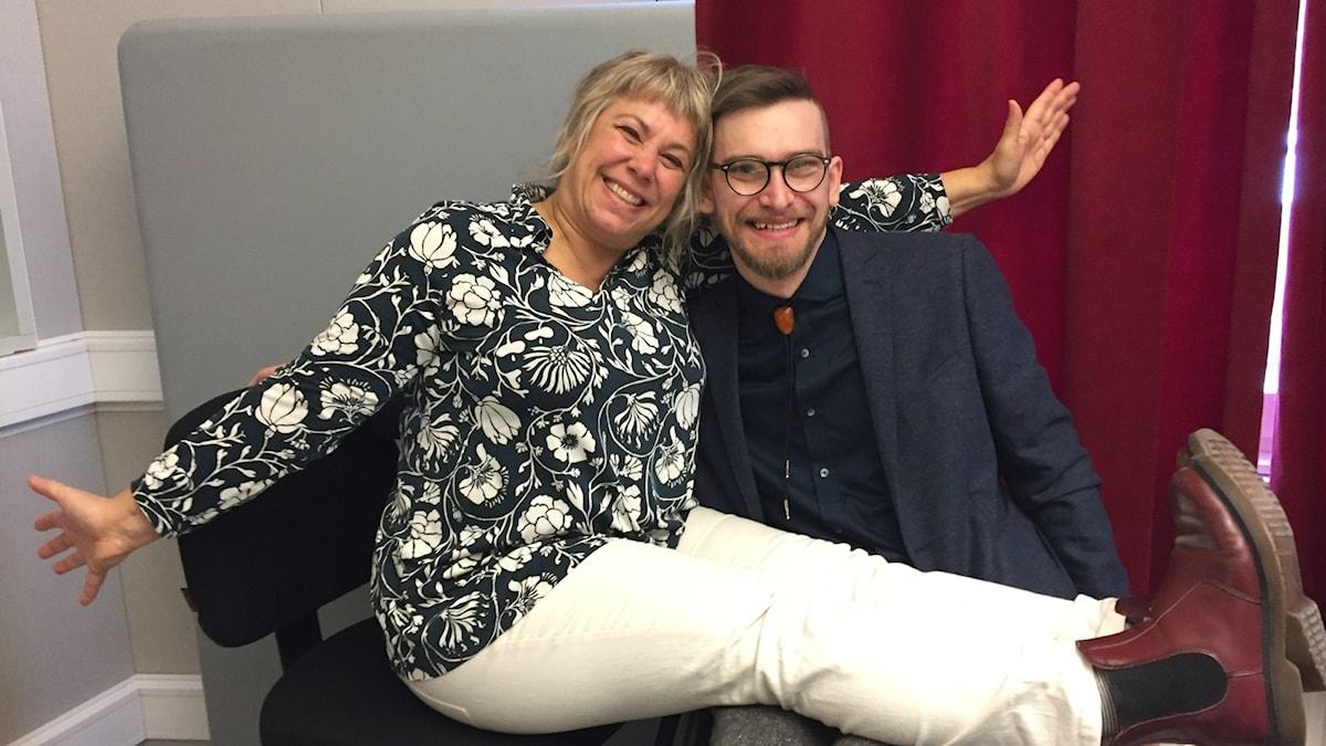 Stina Wollter tillsammans med gästen Normunds Zarins. Foto: Johanna Fellenius / SR.