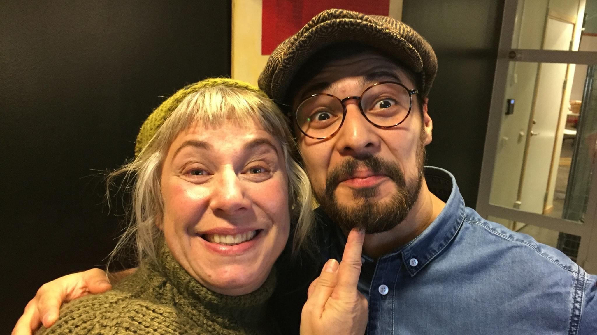 Stina med söndagens gäst Oscar Salazar Aros. Foto: Johanna Fellenius / SR.