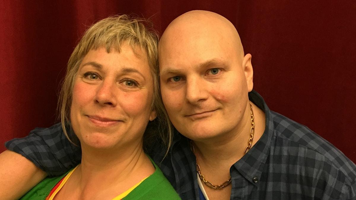 Stina och söndagens gäst Fredrik Kronholm. Foto: Johanna Fellenius / SR.