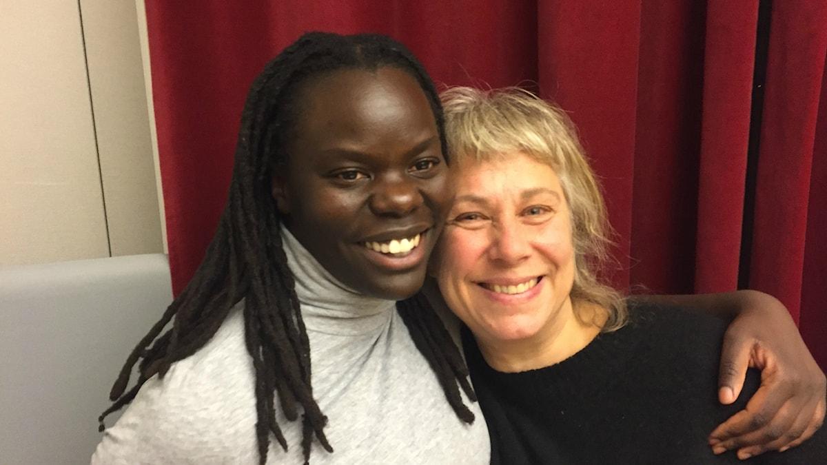 Söndagens gäst Ingrid Mugalu är på plats och i sällskap av Stina Wollter. Foto: Johanna Fellenius / SR.