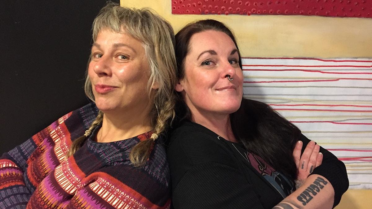 Stina Wollter med söndagens gäst Ann Gardeland. Foto: Johanna Fellenius/ SR.