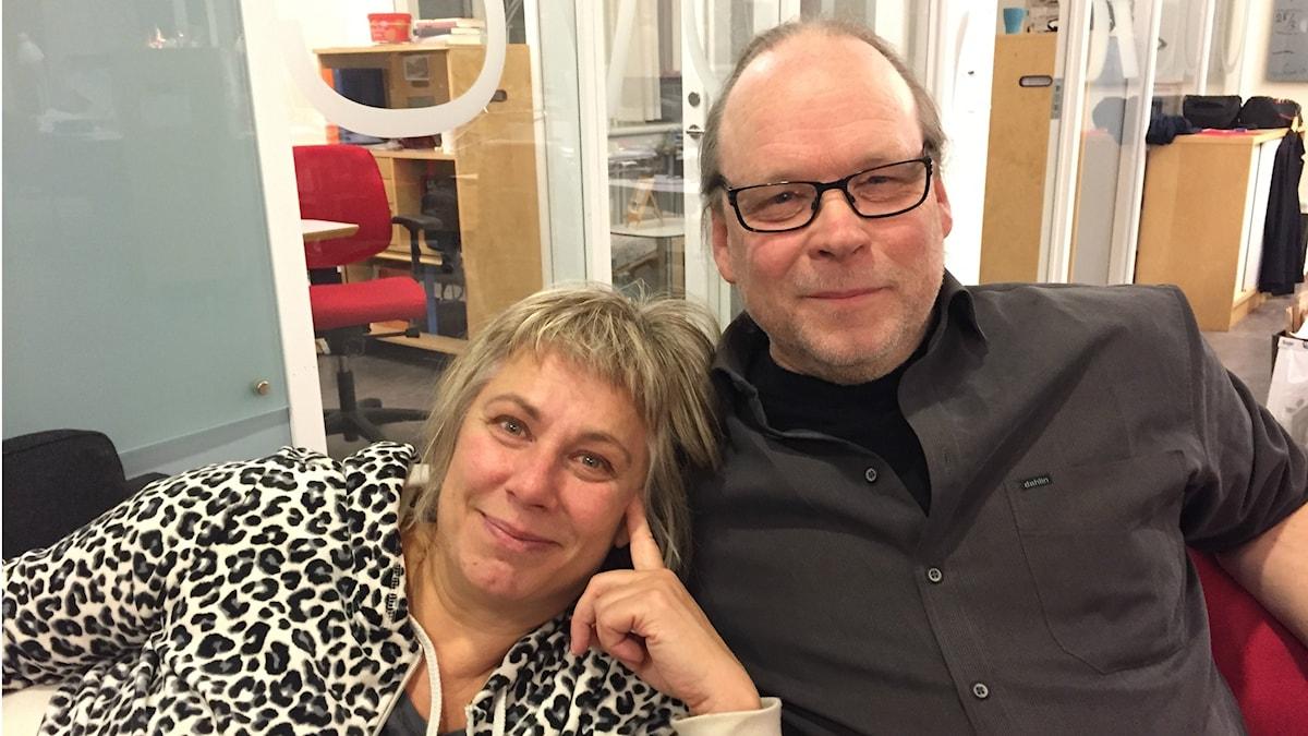 Stina Wollter med söndagens gäst Stefan Jansson. Foto: Johanna Fellenius / SR.
