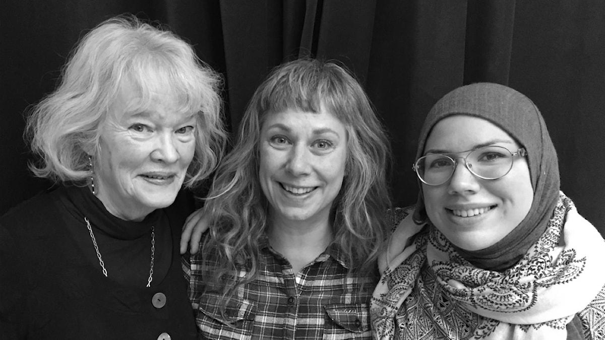 Kristina Telerud, Stina och Fazeela Selberg Zaib på besök. Foto: Johanna Fellenius / SR.