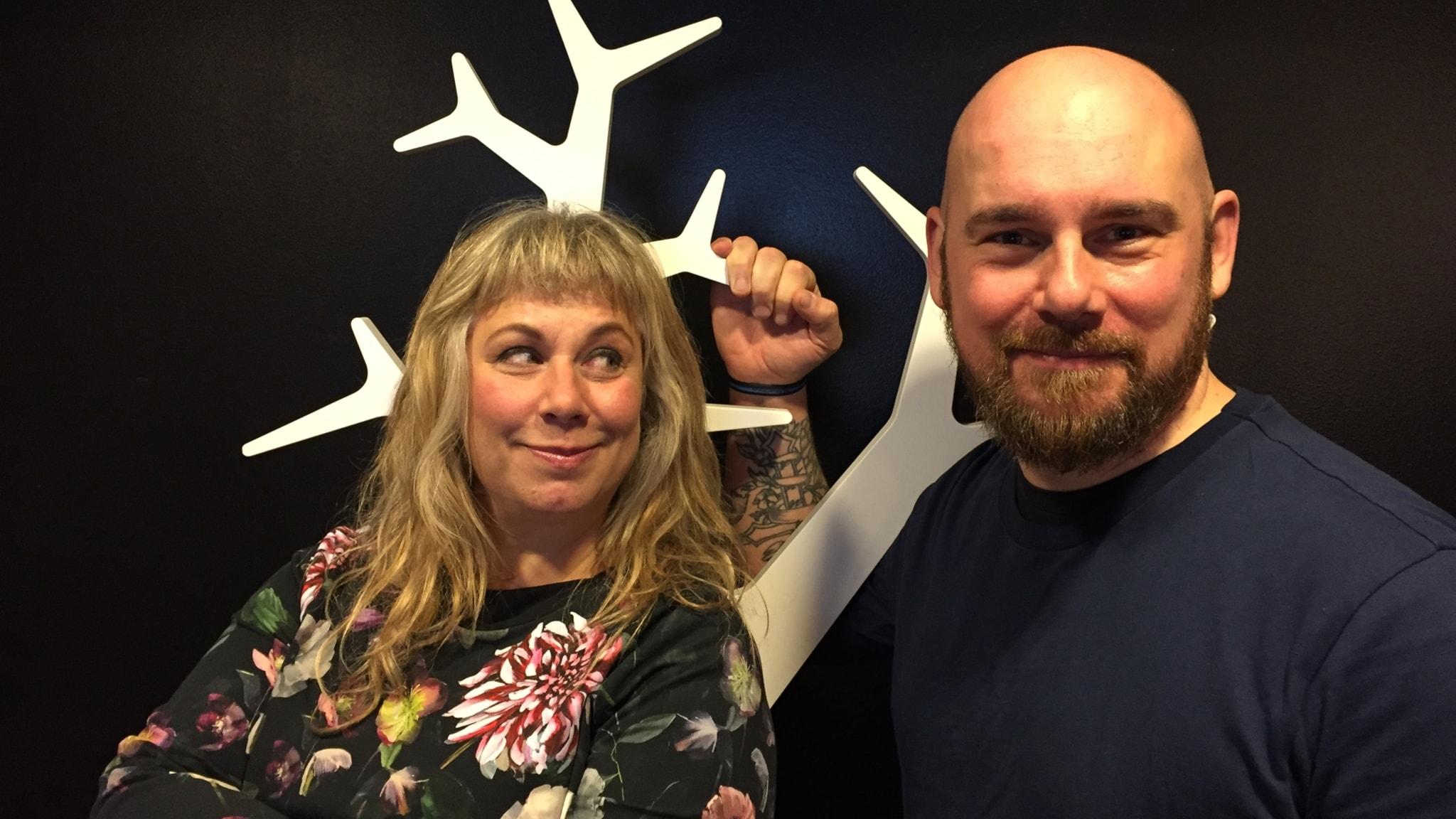 Stina Wollter med söndagens gäst Kristoffer Blekkerud. Foto: Johanna Fellenius / SR.