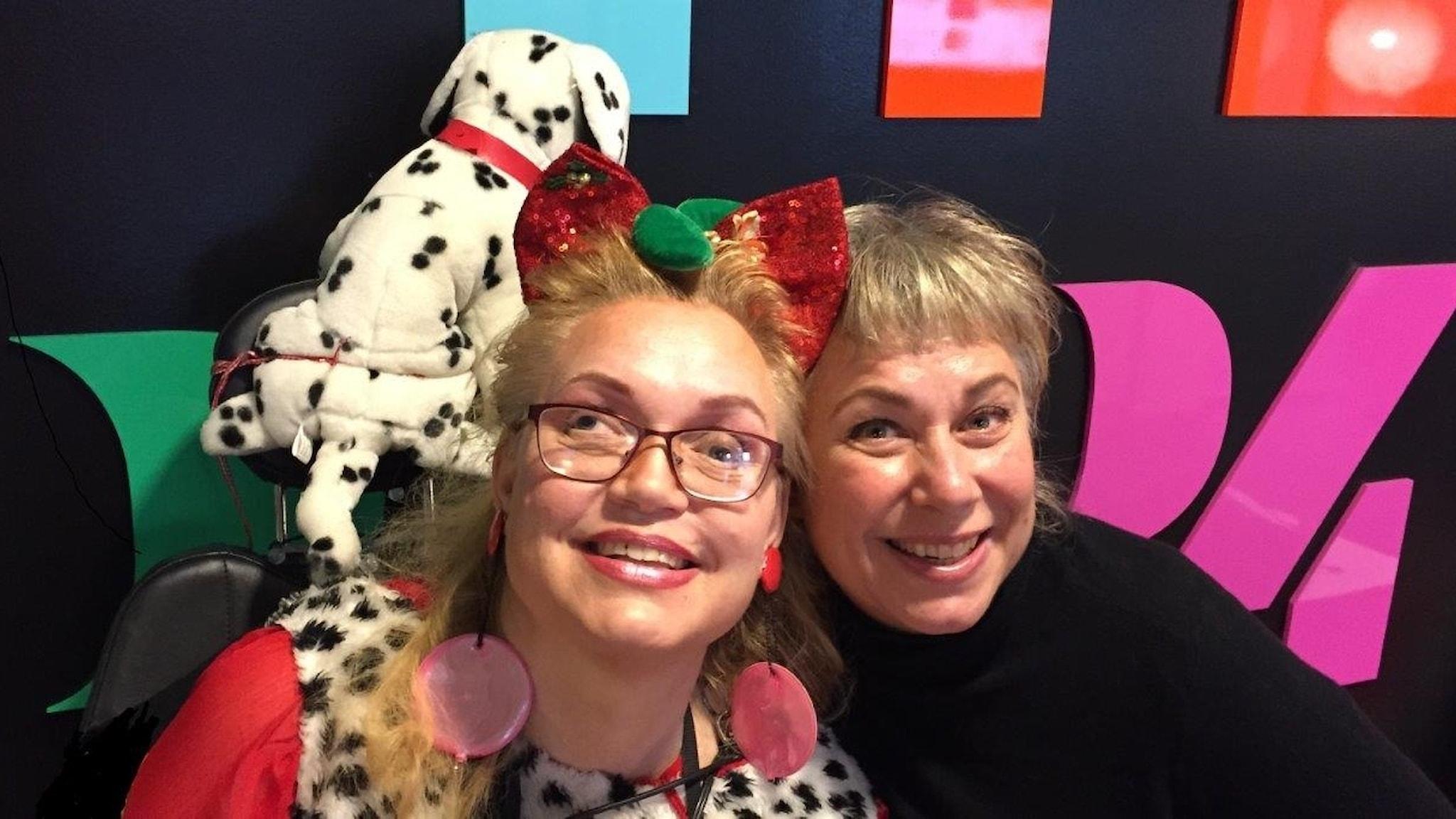 Söndagens gäst Sara Hallén med en gosedjursdalmatin och Stina Wollter. Foto: Johanna Fellenius / SR.