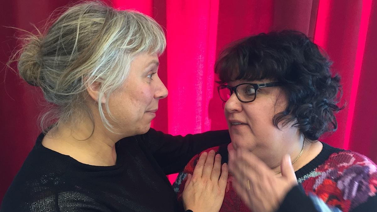 Stina Wollter med söndagsgästen Maria Eklöw Bosaeus. Foto: Johanna Fellenius / SR.