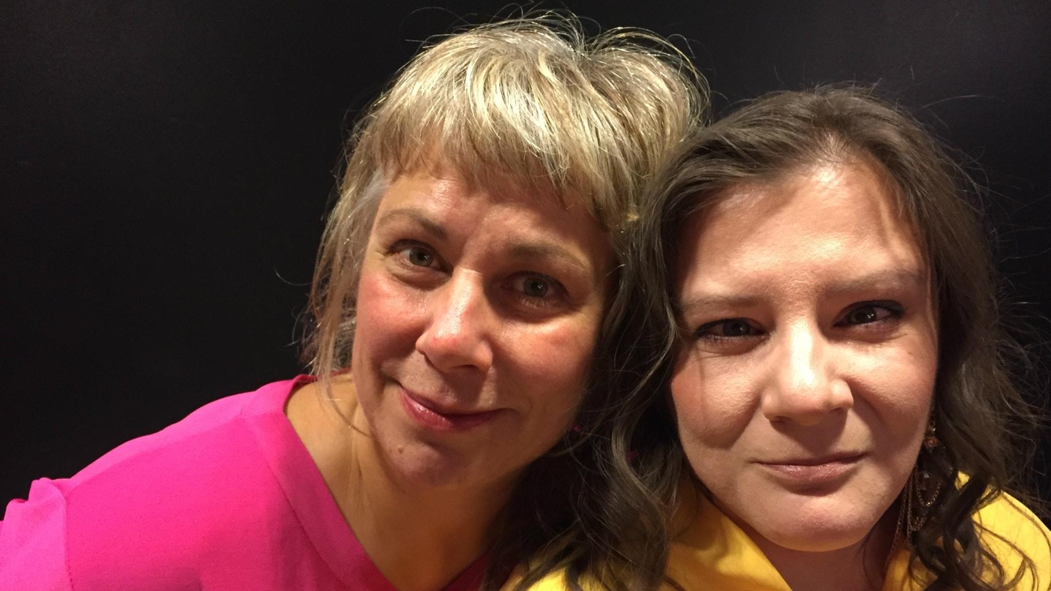 Stina Wollter med kvällens gäst Melanie Mattsson. Foto: Johanna Fellenius / SR.