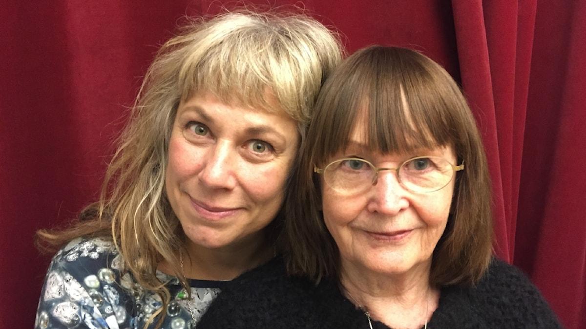 Stina med kvällens gäst Ann-Kristin Lundmark. Foto: Johanna Fellenius / SR.