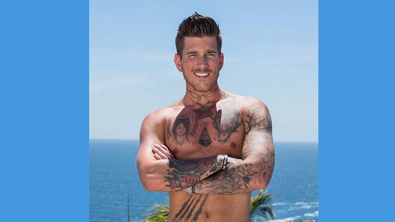 Utanför bildens ramar gömmer sig tatueringen. Foto: TV3