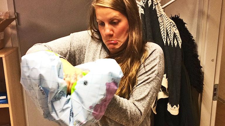 Emma bevisar att jorden faktiskt är PLATT! Foto: Anna Emanuelsson/Sveriges Radio