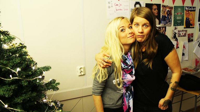 Amelie Nörgaard och Emma Knyckare står kind mot kind som annan bästa kompis! Foto: Anna Emanuelsson/Sveriges Radio