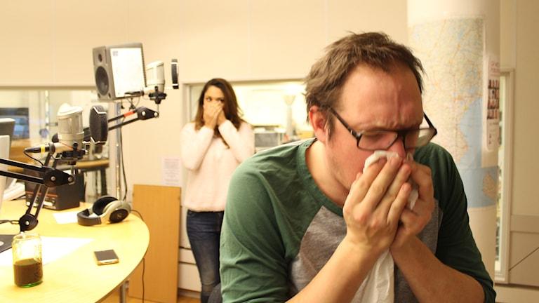 Jonatan är sjuk, och Farah talar med händerna. Ett program om hjälp med särskrivnignar. Foto: Anna Emanuelsson/Sveriges Radio