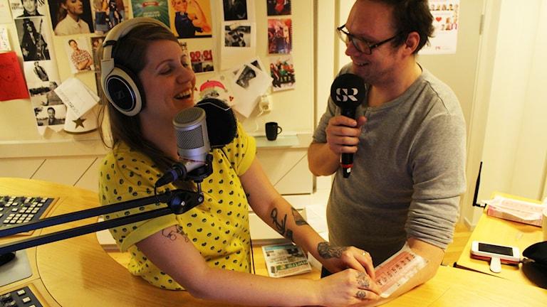 Hjälp! Vaxning av Jonatans arm... Foto: Anna Emanuelsson/Sveriges Radio