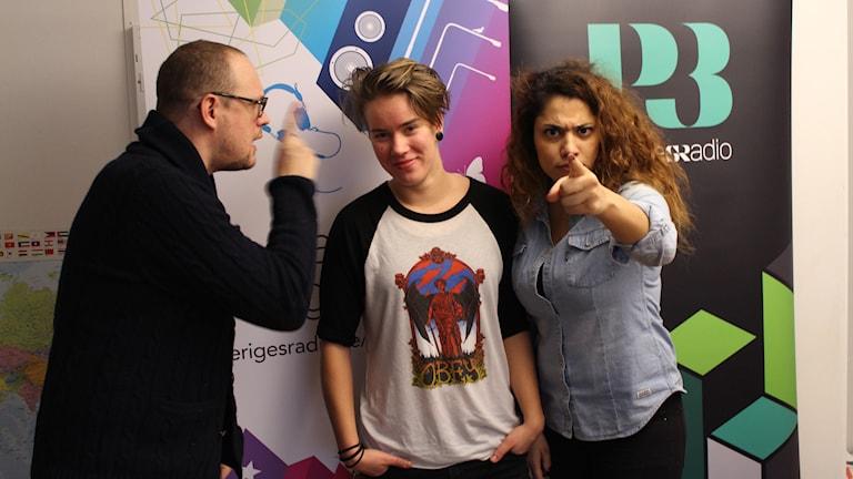 Jonatan och Emz och Farah, övar på att va jättearga = läskigt program. Foto: Anna Emanuelsson/Sveriges Radio