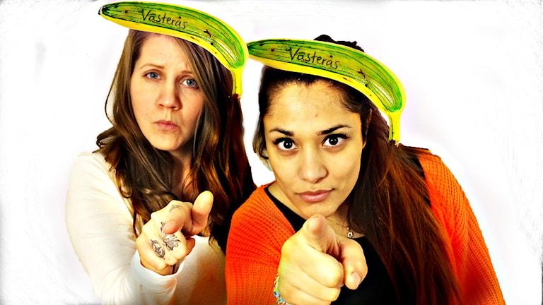 Emma och Farah hjälper Sabrina att hitta lägenhet. Outfit: banan utklädd till västeråsgurka. Foto: SR