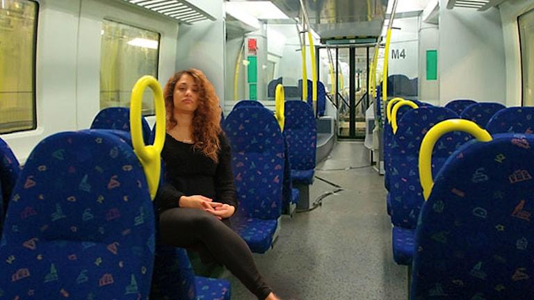 FÖR TRIST ATT PENDLA! Farah i kollektivtrafiken. Foto: Anna Emanuelsson/Sveriges Radio