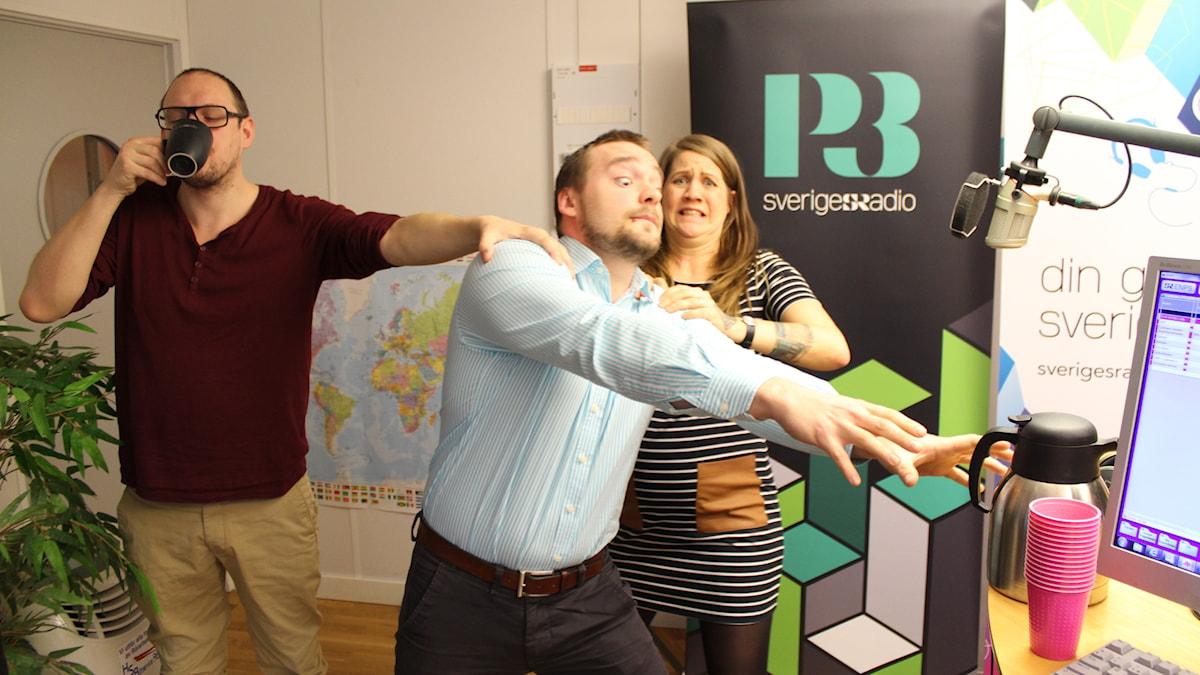 DET BLIR INGET MER KAFFE!!!!!!!! Jonatan och Emma gör sitt bästa för att hejda Albin. Foto: Anna Emanuelsson/Sveriges Radio