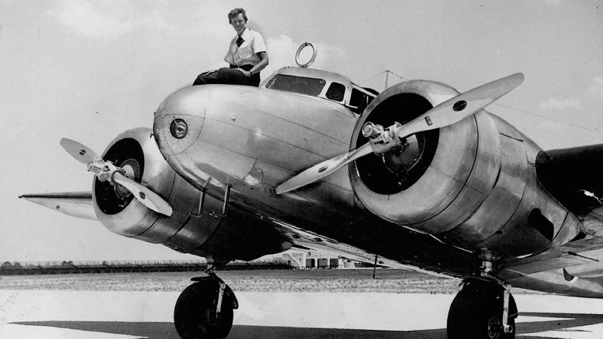 Här sitter Amelia Earhart strax innan hon påbörjar sin världsomflygning. Men var tog hon sen vägen? foto:AP
