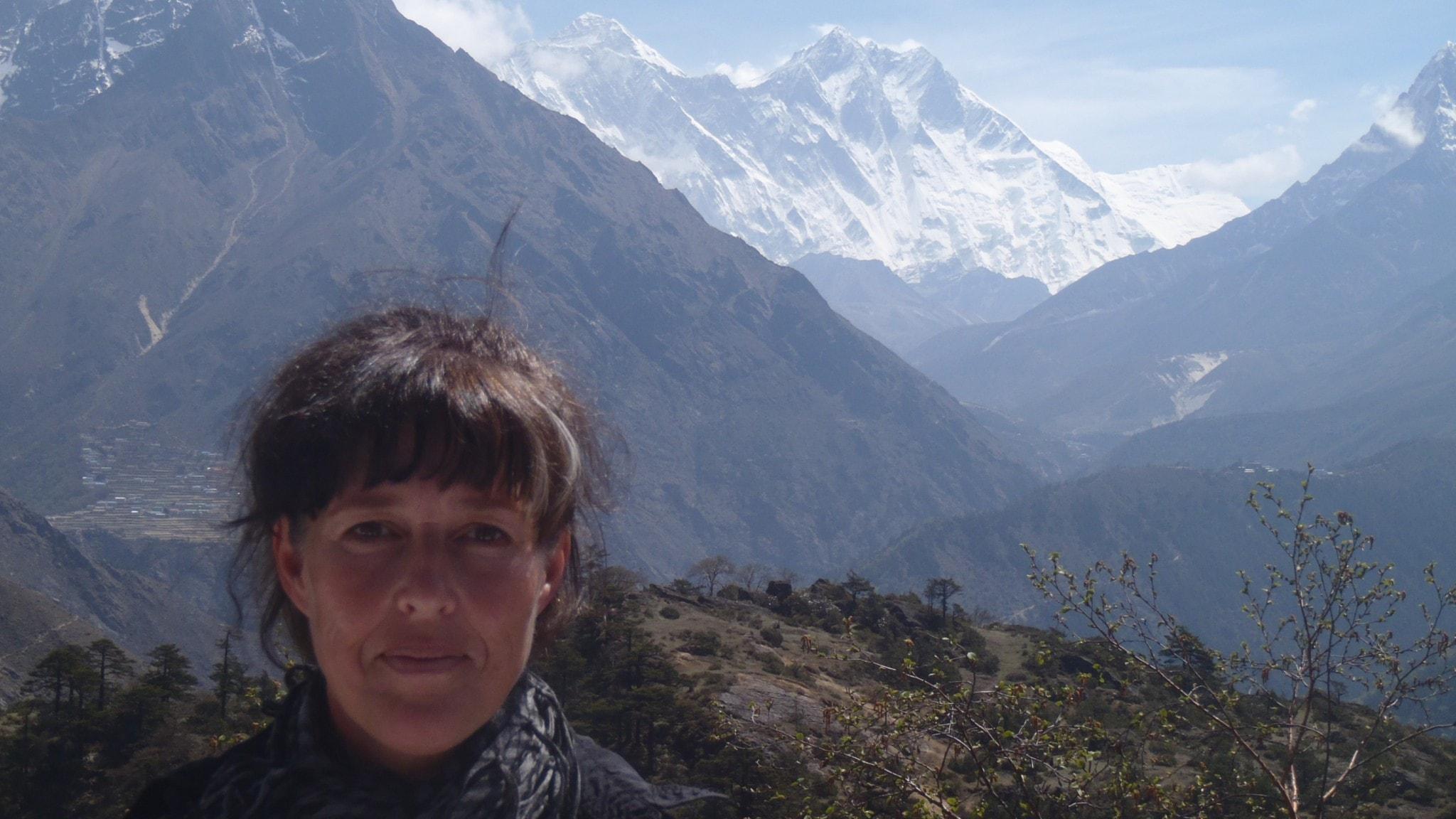 Erika Schagatay framför snöklädda bergstoppar