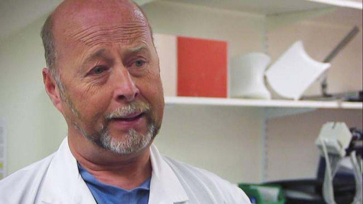 Gunnar Kratz, professor i plastikkirurgi. Foto: SVT