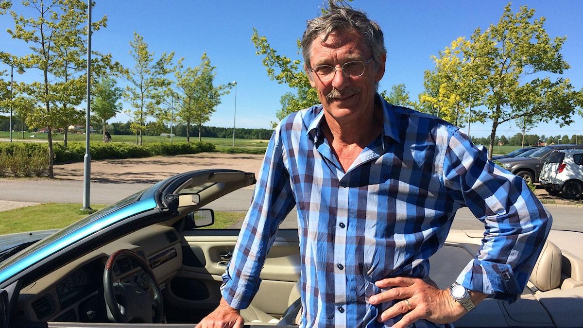 Bo Algers visar upp vad han kallar en svaghet - kärleken  till sin cabriolet. Foto: Ylva Carlqvist Warnborg