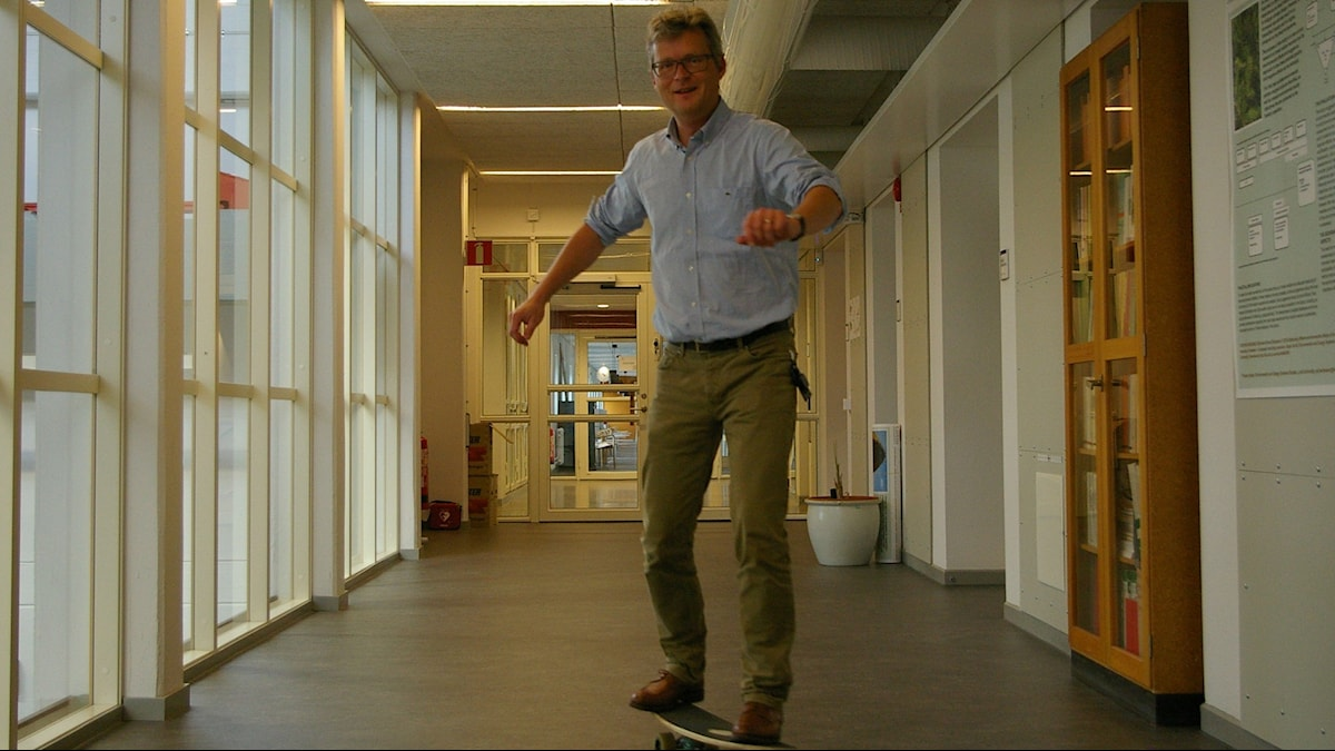Lars J Nilsson åker skateboard. Foto: Björn Gunér/SR