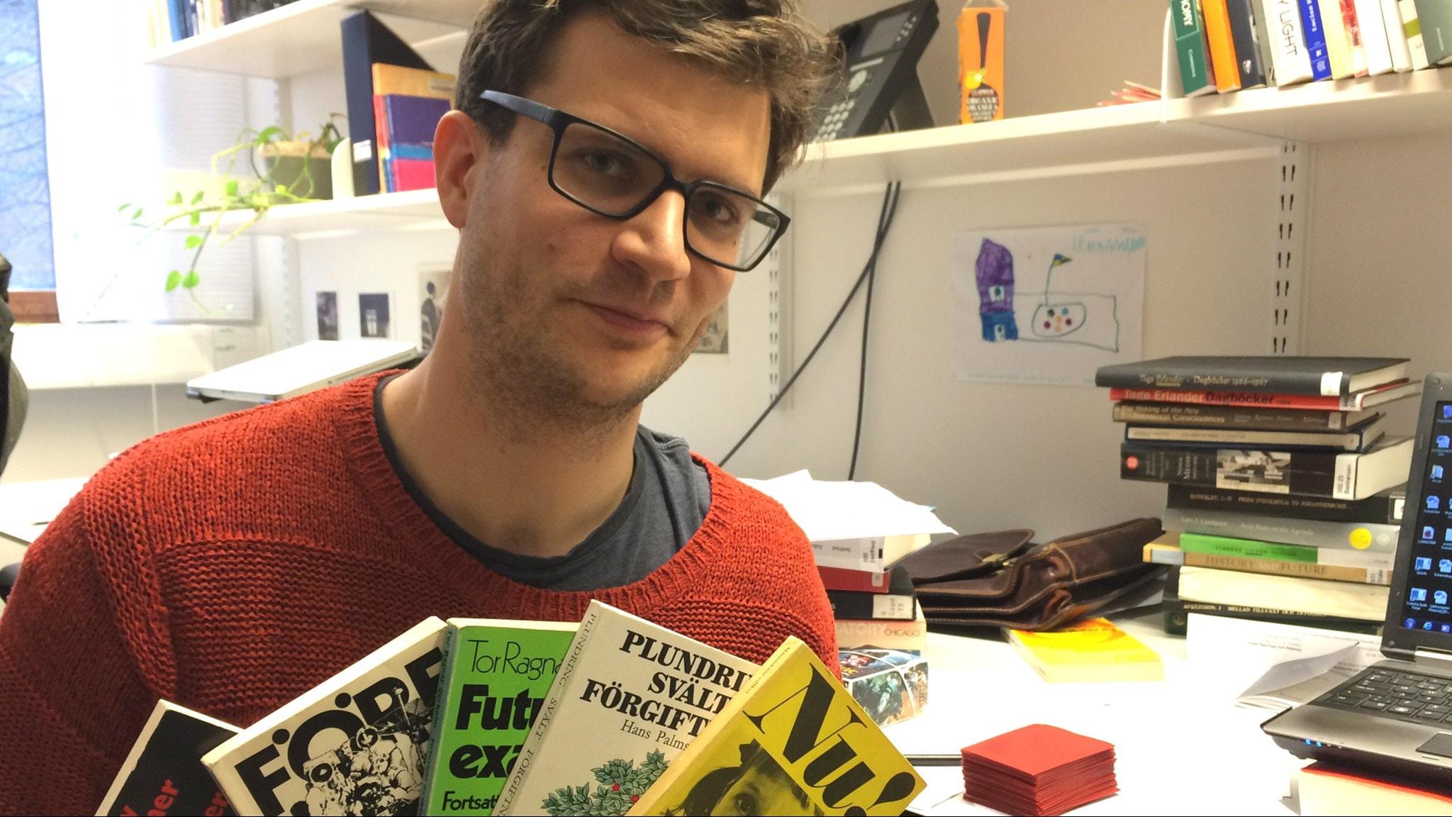 David Larsson Heidenblad med böcker som startade miljöfrågan 1960-tal. Foto: Niklas Zachrisson/Sveriges Radio