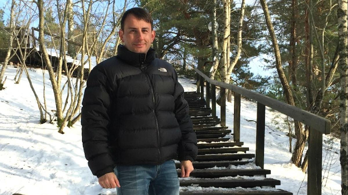 Robert Glinwood på jakt efter nyckelpigor utanför Uppsala. Foto: karin Gyllenklev/Sveriges Radio